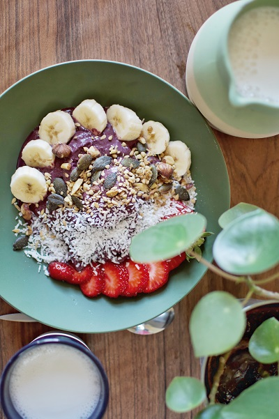 petit déjeuner açai bowl à l'ostalas