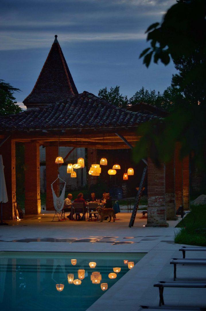 vue piscine et dojo de nuit à l'ostalas