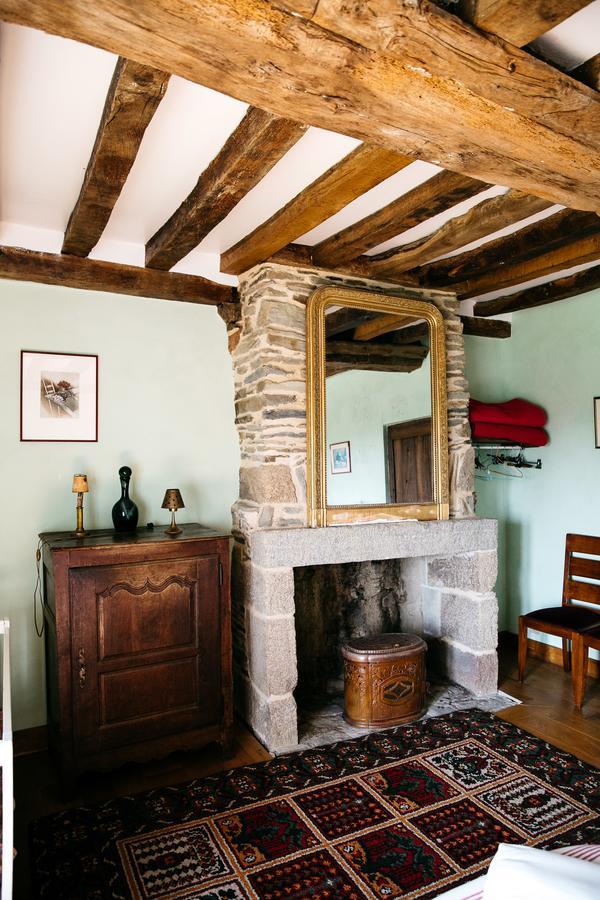vieille foulonniere mont-saint-michel cheminée chambre